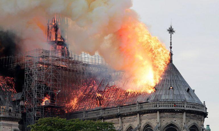 Nhà thờ Đức Bà Paris sừng sững từ những năm 1200. Biểu tượng hơn 850 năm tuổi của Thủ Đô Paris - Pháp, một biểu tượng lịch sử, biểu tượng văn hóa của Pháp. Tối 15/4/2019, một ngọn lửa bất ngờ bùng phát đã tàn phá nặng nề phần mái nhà của Nhà thờ Đức Bà Paris, khiến ngọn tháp của công trình kiến trúc Gothic lừng danh này gục ngã trước sự chứng kiến của hàng ngàn người dân. Đám cháy cũng xảy ra trong bối cảnh cộng đồng Công giáo đang chuẩn bị tổ chức Lễ Phục sinh, khiến không chỉ người dân Pháp, mà cả thế giới đau lòng.