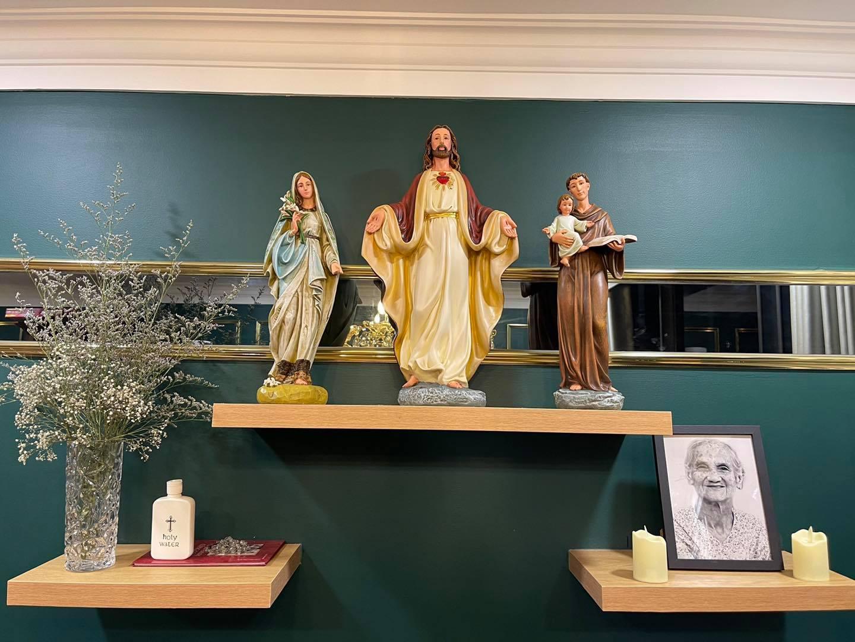 Bàn Thờ Công Giáo được cấu thành từ 02 phần chính: Bàn Thờ và Tượng Công Giáo. Bàn Thờ Công Giáo là một nét đẹp văn hóa của Người Công Giáo nhiều đời nay.