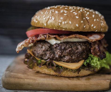 """Món này được đặt giữa hai lát bánh mì và được gọi là """"bánh kẹp Hamburg"""" (Hamburger sandwich). Đến giữa thế kỷ 20, cả hai tên gọi này đã được đọc ngắn lại thành """"hamburger"""" hay """"burger""""."""