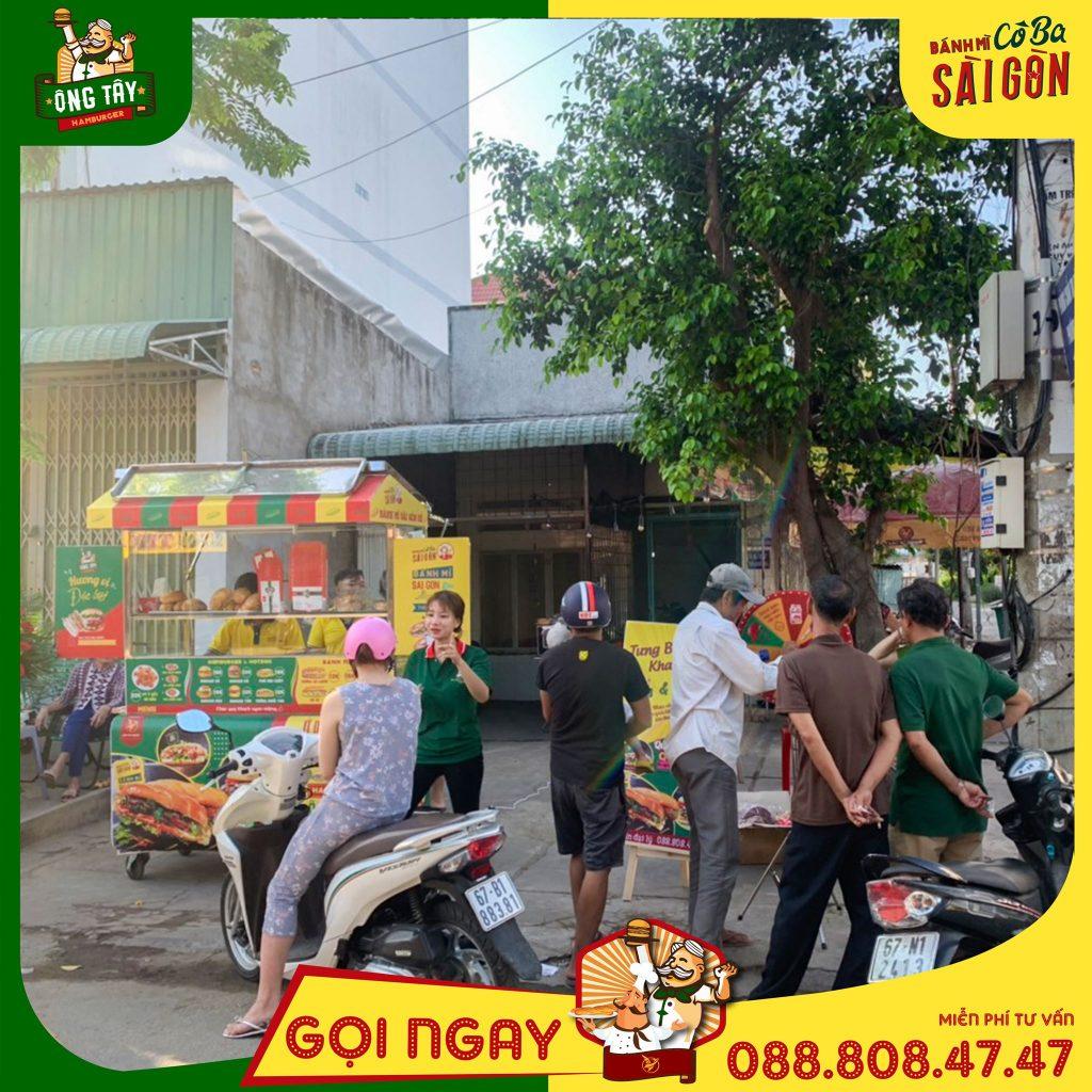 Nhượng quyền kinh doanh Hamburger Ông Tây | Bánh Hamburger hay có người gọi là bánh mì Hamburger là một món ăn khá tây, nhưng được người Việt Nam khá ưa chuộng. Bánh mì Hamburger có thể dùng cho bữa sáng, bữa trưa, bữa tối, bữa xế và có thể là ăn vặt. Vì tính phổ biến của bánh mì Hamburger nên việc kinh doanh bánh mì Hamburger được nhiều người quan tâm. Đặc biệt là việc kinh doanh nhượng quyền được nhiều người quan tâm do chi phí đầu tư thấp, được hưởng lợi từ thương hiệu ban đầu, cũng như tốc độ triển khai nhanh. Ăn sáng hay bữa sáng là việc khởi đầu cho việc trao đổi chất cho một ngày mới. Năng lượng của một ngày được khởi đầu vào bữa sáng. Vậy nên bữa sáng là bữa ăn quan trọng nhất cho một ngày. Chuyên gia dinh dưỡng Adelle Davis đã từng nói nói, hãy ăn sáng như một vị vua, ăn trưa như một hoàng tử và ăn tối như một người ăn xin. Tốt nhất cho bữa sáng là bạn có thể chuẩn bị hỗn hợp các loại thực phẩm có carbohydrate, protein, chất béo lành mạnh và chất xơ. Carbs sẽ cung cấp cho bạn năng lượng ngay lập tức, và protein sẽ cung cấp cho bạn sau khi ăn và chất xơ giữ cho bạn cảm giác no. Bạn nên tránh các loại bánh ngọt, đồ chiên rán nhiều dầu mỡ cho bữa sáng. Điều đó không thực sự tốt cho sức khỏe.