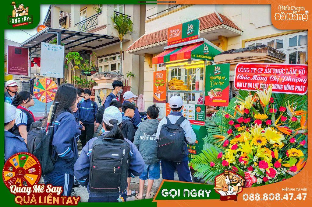 Nhượng quyền đồ ăn sáng, quán ăn sáng & thương hiệu ăn sáng tại Việt Nam. Việt Nam là đất nước có đồ ăn sáng phong phú nhất thế giới, chỉ đi qua một tuyến đường tại TPHCM hay Đồng Nai, Bình Dương, Bà Rịa - Vũng Tàu... đâu đâu bạn có thể bắt gặp hàng trăm, hàng ngàn những điểm bán đồ ăn sáng. Đa dạng về giá cả, đa dạng về cách thức (có thể ăn tại quán hoặc mang đi), đa dạng về cách vận hành (có thể quán ăn sáng kết hợp cà phê), đa dạng về món ăn: món nước (bún, cháo, phở, bánh canh, hủ tiếu, hoành thánh, nui), món khô ( bánh mì, hamburger, bánh mì que, xôi mặn ngọt, phở xào, hủ tiếu khô, bánh ướt,...) ... rất rất nhiều những món ăn sáng có thể cho bạn chọn lựa tại Việt Nam. Nhượng quyền bánh mì que Đà Nẵng | Bánh mì que là món ăn được nhiều người ưa thích, đặc biệt là trẻ nhỏ. Bánh mì que Đà Nẵng là một món ăn nổi tiếng và đang được Lâm Vũ Group nhượng quyền kinh doanh tại Việt Nam cũng như trên khắp thế giới. Kinh doanh nhượng quyền Bánh Mì que Đà Nẵng đầu tư vốn thấp, mang lại hiệu quả kinh tế cao cho những người đang muốn làm chủ nhưng chưa có kiến thức và kinh nghiệp. Thì Lâm Vũ Group sẽ đồng hành cùng bạn.