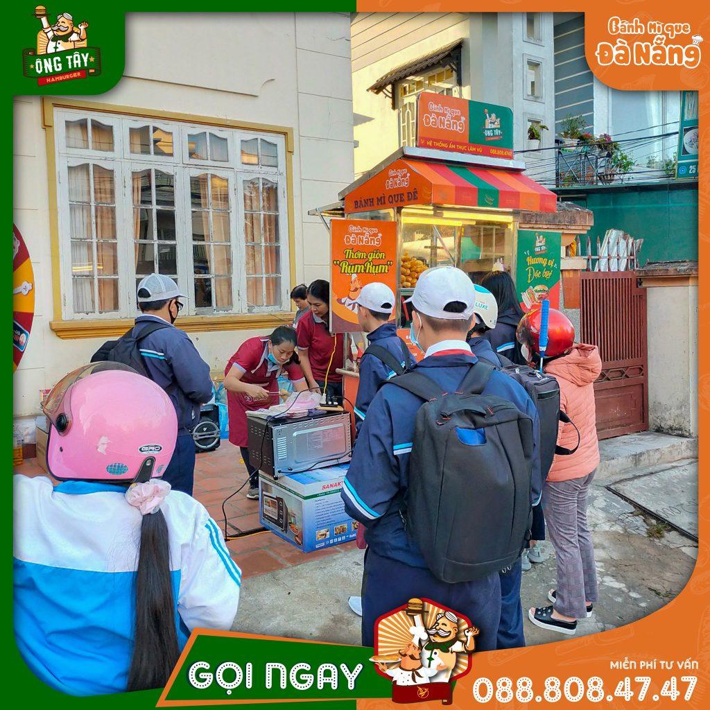 Nhượng quyền kinh doanh Hamburger Ông Tây | Bánh Hamburger hay có người gọi là bánh mì Hamburger là một món ăn khá tây, nhưng được người Việt Nam khá ưa chuộng. Bánh mì Hamburger có thể dùng cho bữa sáng, bữa trưa, bữa tối, bữa xế và có thể là ăn vặt. Vì tính phổ biến của bánh mì Hamburger nên việc kinh doanh bánh mì Hamburger được nhiều người quan tâm. Đặc biệt là việc kinh doanh nhượng quyền được nhiều người quan tâm do chi phí đầu tư thấp, được hưởng lợi từ thương hiệu ban đầu, cũng như tốc độ triển khai nhanh.